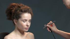 使用气刷的化妆师 股票录像