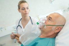 使用氧气面罩的特写镜头老人在诊所 免版税库存照片