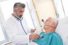 使用氧气面罩的老人在诊所 库存图片