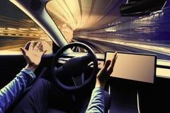 使用汽车的人在自动驾驶仪方式 库存照片