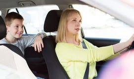 使用汽车的妇女和男孩在观光旅游时 库存照片