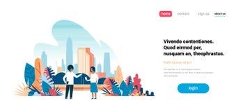 使用沟通在城市摩天大楼的小配件的非洲人妇女夫妇观看都市风景背景地平线舱内甲板 皇族释放例证