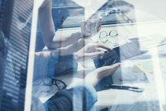使用流动小配件的coworking的人民的概念 特写镜头视图女性手感人的显示数字式片剂 双 免版税图库摄影