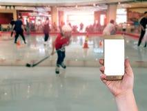 使用流动巧妙的电话有滑冰的迷离背景, Vintag 免版税库存图片