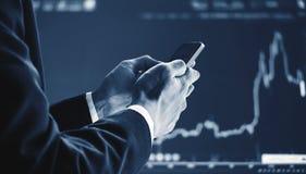 使用流动巧妙的电话的商人,培养图表背景 企业成长,投资和在证券交易市场上投资 O 免版税库存图片