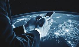 使用流动巧妙的电话的商人 这个图象的元素由美国航空航天局装备 免版税图库摄影