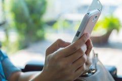 使用流动巧妙的电话的少妇 免版税库存图片
