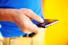 使用流动巧妙的电话的年轻人 免版税库存照片