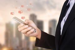 使用流动巧妙的电话,社交,媒介,营销的女实业家 库存图片