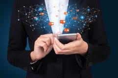 使用流动巧妙的电话,社交,媒介,营销的女实业家 免版税库存照片