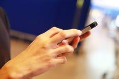 使用流动智能手机的人 免版税库存图片