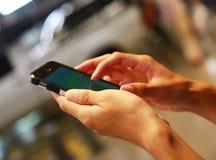 使用流动智能手机的人 免版税库存照片