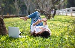 使用流动付款网上购物和象顾客网络连接在屏幕上的妇女 免版税库存图片