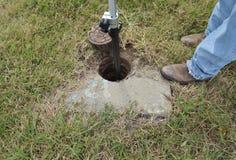 使用测量工具的建筑工人 免版税库存照片