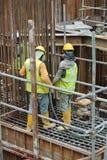 使用混凝土振动器的建筑工人变紧密混凝土 库存图片