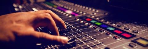 使用混音器的音乐家的播种的手 免版税库存照片