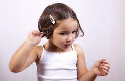 使用清洗棉花的芽她的耳朵他自己 库存照片