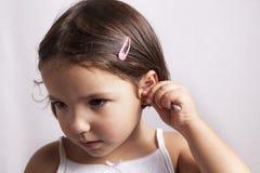 使用清洗棉花的芽她的耳朵他自己 库存图片