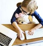 使用演奏计算机概念的女孩连接 免版税库存图片