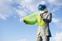 使用灵活的显示片剂的未来派宇航员商人 免版税库存照片