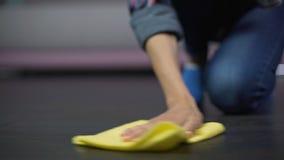 使用烟雾剂喷射的主妇清洗地板,有效的肮脏的斑点撤除 股票录像