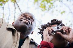使用照相机的夫妇 免版税图库摄影