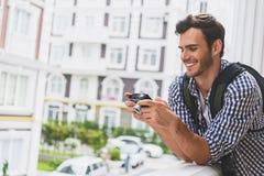 使用照相机的无忧无虑的年轻人在城市 免版税库存照片