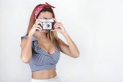 使用照相机的相当少妇画象  免版税库存图片