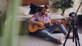 使用照相机,职业音乐家博客作者记录关于弹吉他的讲解互联网博克的 他谈话 影视素材