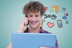 使用片剂个人计算机和巧妙的电话有社会媒介象的微笑的人在背景 免版税图库摄影