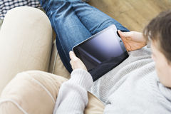 使用片剂个人计算机在家 免版税库存图片