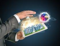 使用片剂个人计算机的人手 接触的企业城市 库存照片