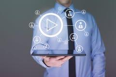 使用片剂个人计算机的商人 录影显示互联网用户 3d背景概念例证查出的介绍回报了白色 库存照片