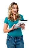 使用片剂个人计算机的女性模型 免版税库存照片