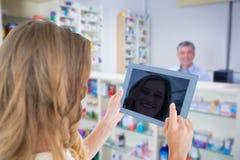 使用片剂个人计算机的妇女的综合图象 免版税库存照片