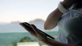 使用片剂个人计算机的少妇支持与海和山景的窗口 股票视频