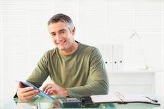 使用片剂个人计算机的微笑的偶然人 免版税库存图片