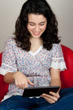 使用片剂个人计算机的微笑的妇女 库存照片