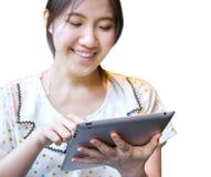 使用片剂个人计算机的愉快的妇女 免版税库存图片