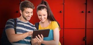 使用片剂个人计算机的愉快的学生的综合图象 免版税库存图片
