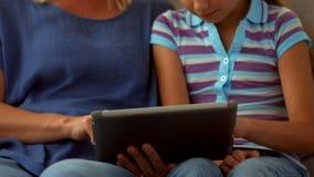 使用片剂个人计算机的母亲和女儿 股票录像