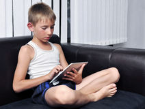 使用片剂个人计算机的男孩 免版税库存图片