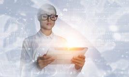 使用片剂个人计算机的科学家妇女 混合画法 图库摄影