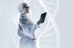 使用片剂个人计算机的科学家妇女 混合画法 库存照片