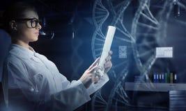 使用片剂个人计算机的科学家妇女 混合画法 免版税图库摄影