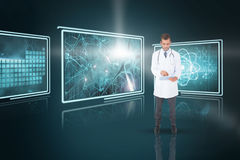 使用片剂个人计算机的英俊的医生的综合3d图象 免版税图库摄影