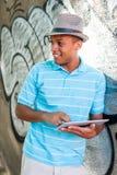 使用片剂个人计算机的年轻可爱的男性 免版税库存照片