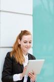 使用片剂个人计算机的年轻女实业家 库存照片
