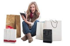 使用片剂和信用卡,在网上购物 库存照片