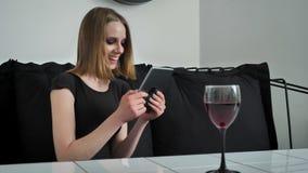 使用片剂和坐沙发,有重的年轻迷人的妇女组成,笑,黑白咖啡馆背景 股票视频